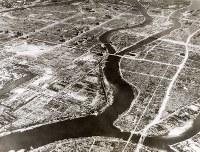 米軍が横川から南東に向かって市内中心部を撮影した航空写真。横川電車専用橋が落橋していないため、1945年9月17日の枕崎台風以前の撮影と考えられる=原爆資料館提供
