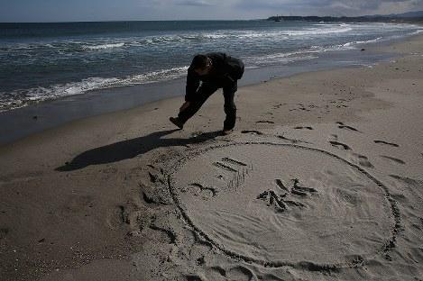 波打ち際で震災の犠牲者を追悼する男性=福島県浪江町で2017年3月11日午後2時41分、小出洋平撮影
