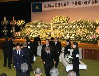 県と旭市の合同追悼式で献花の後、遺族に向かって一礼する参列者