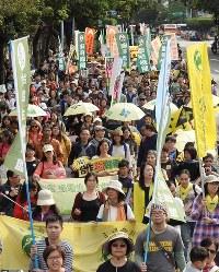 台北市内中心部で行われた反原発デモ=2017年3月11日、鈴木玲子撮影