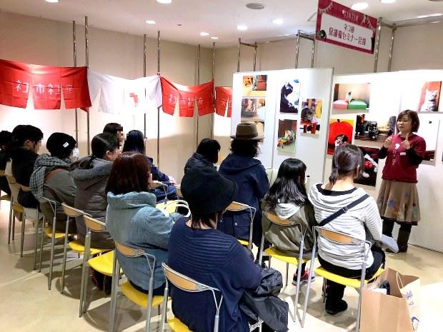 譲渡会参加者に対して「事前講習」を行うネコリパブリック経営者の河瀬麻花さん(右端)=2017年2月25日、東京・池袋のマルイ7階で駅義則撮影