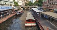 バンコク中心部を行き交うセンセープ運河のボート=アジア総局助手ハタイチャノック撮影
