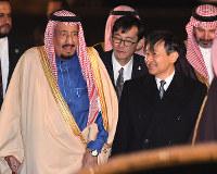 Japan's Crown Prince Naruhito greets Saudi Arabia's King Salman bin Abdulaziz following the king's arrival at Tokyo's Haneda Airport on the evening of March 12, 2017. (Mainichi)