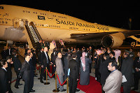 King Salman bin Abdulaziz of Saudi Arabia and other officials are pictured after their arrival at Haneda Airport, in Tokyo's Ota Ward on March 12, 2017. (Mainichi)