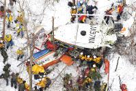 長野県中部・鉢伏山付近の山中に墜落した長野県の消防防災ヘリコプターの周囲で行われた救助活動=2017年3月6日、本社ヘリから