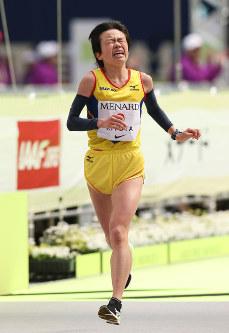 名古屋ウィメンズマラソンを3位でフィニッシュする清田真央=名古屋市東区のナゴヤドームで2017年3月12日、兵藤公治撮影