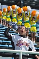 甲子園を想定した長良川球場のスタンドで、声を張り上げる応援団長の山田涼太さん(手前)