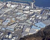 福島第1原発に林立する汚染水の貯蔵タンク=2016年2月、本社ヘリから喜屋武真之介撮影