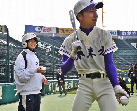 甲子園練習で外野ノックのボールを渡す不来方の女子マネジャーの越戸あかりさん(左)=阪神甲子園球場で2017年3月14日午前9時37分、小関勉撮影-photo