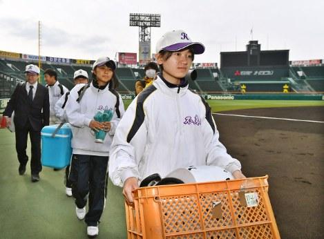 甲子園練習に参加する女子マネジャーら=阪神甲子園球場で2017年3月14日午前9時19分、小関勉撮影-photo