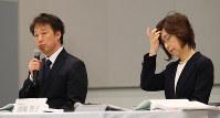 情報サイト問題で記者会見するディー・エヌ・エーの守安功社長(左)。右は南場智子会長=東京都渋谷区で2017年3月13日午後6時51分、長谷川直亮撮影