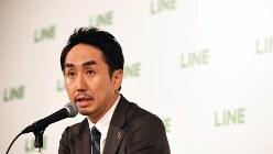 東京証券取引所第1部に新規上場し、記者会見を開くLINEの出澤剛社長=2016年7月15日、中村藍撮影