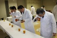 日本酒の味と香りを確かめる審査員=沼津市大岡の県沼津工業技術支援センターで