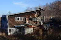 半壊状態だった札幌五輪ボブスレー競技場のゴールハウス=札幌市手稲区で2014年11月