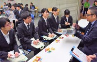 企業の担当者から説明を受ける就職希望の学生たち=酒田市の東北公益文科大公益ホールで