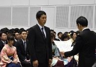 学長賞の表彰を受ける笠原投手(中央)=新潟市中央区万代島の朱鷺メッセで