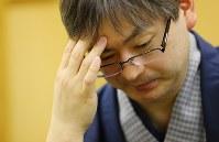感想戦でくやしそうな表情を浮かべる郷田真隆王将=浜松市中区のグランドホテル浜松で2017年3月15日午後5時54分、小川昌宏撮影