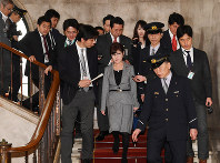 Defense Minister Tomomi Inada, center, is followed by reporters in the National Diet Building on March 14, 2017. (Mainichi)