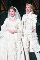 結婚式を挙げたパーシー(右、紅ゆずる)とマルグリット(綺咲愛里)は、永遠の愛を誓う。星組新トップコンビの大劇場お披露目公演となる=宝塚大劇場で、山田哲也撮影