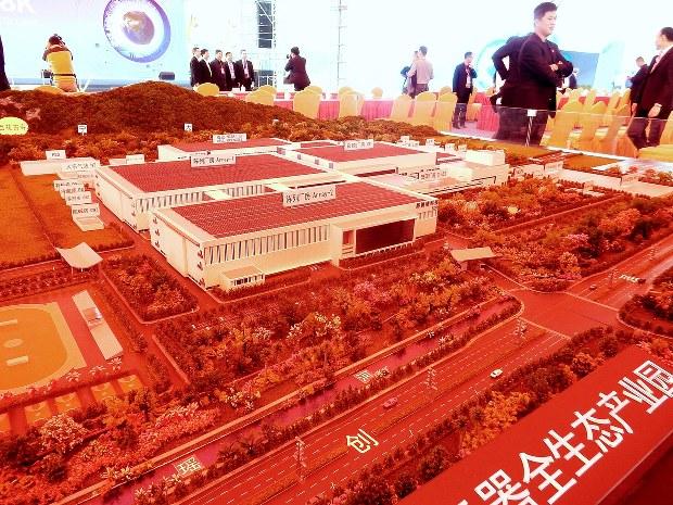 広州に整備される新工場の模型。世界最大級の液晶パネル工場で、郭台銘会長が攻略を目指す「8K」対応パネルの製造拠点となる=2017年3月1日、赤間清広撮影
