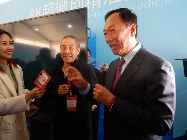 大勢のメディア関係者に囲まれ、グループの戦略を語る郭台銘会長。東芝の半導体メモリー事業買収にも高い関心を示した=2017年3月1日、赤間清広撮影