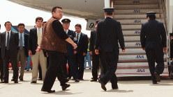 国外退去処分を受け、北京行きの飛行機に乗り込む金正男氏と見られる男性=成田空港で2001年5月4日、西本勝撮影