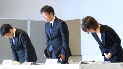 記者会見で頭を下げるディー・エヌ・エーの南場智子会長(右)と守安功社長=2017年3月13日、長谷川直亮撮影