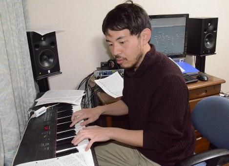 パソコンと電子楽器で音楽を生み出す雄司さん=大田原市の事務所で