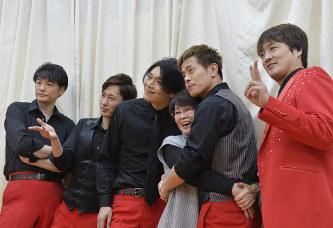 ライブ終了後、純烈のメンバーと記念撮影するファン。この距離の近さがたまらない=埼玉県草加市で2017年2月26日、猪飼健史撮影