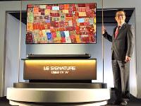 LGエレクトロニクス・ジャパンの李社長と、「OLED 65W7P」=2017年3月16日、村田由紀子撮影