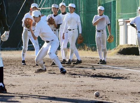 捕球から送球までの動作を基礎から確認する中村の選手たち=高知県四万十市中村丸の内の同校グラウンドで、岩間理紀撮影
