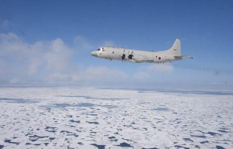編隊飛行する海上自衛隊第2航空群のP3C哨戒機=北海道紋別市沖で