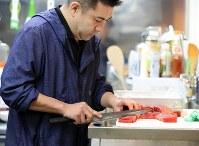 6年ぶりに振るう柳刃包丁は刃が欠けている。「もう一度使えって、こいつが言ってたような気がしたんです」=宮城県南三陸町で2017年3月9日、梅村直承撮影