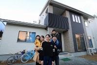 2016年12月に引っ越した新居の前で、(左から)美咲ちゃん、美由紀さん、華紗さん、後藤さん、吏稀君=宮城県南三陸町で2016年12月29日、梅村直承撮影