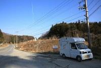 水産加工場に向かう主婦らを待つ「しお彩号」=宮城県南三陸町で2016年2月12日、梅村直承撮影