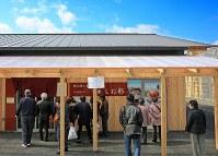 昼時になると「しお彩」の前には人が集まる=宮城県南三陸町で2017年3月9日、梅村直承撮影