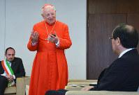 松井一実市長を訪問したフランチェスコ・モンテリーズィ枢機卿(中央)=広島市役所で、竹内麻子撮影