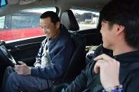 ライズペーパードライバーズクラブの中島敦代表(右)の運転指導を受ける足立守和さん=浜松市中区で