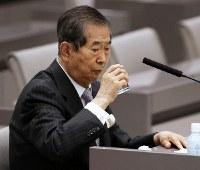 豊洲市場移転問題をめぐる百条委で証人席に座り、水を飲む石原慎太郎・元都知事=都議会で2017年3月20日午後1時6分、小出洋平撮影