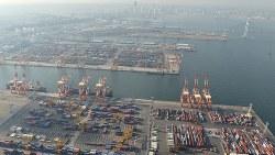 多くのコンテナが並ぶ横浜港=宮間俊樹撮影