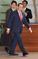 首相官邸に入る金田勝年法相=2017年3月21日午前8時27分、西本勝撮影