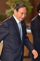 首相官邸に入る菅義偉官房長官=2017年3月21日午前8時17分、西本勝撮影