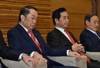 閣議に臨む金田勝年法相(左)=首相官邸で2017年3月21日午前8時32分、西本勝撮影