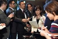 閣議後に取材に応じる稲田朋美防衛相(中央右)=首相官邸で2017年3月21日午前8時49分、西本勝撮影