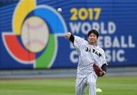 準決勝の米国戦を前に、キャッチボールをする菅野=米カリフォルニア州ロサンゼルスのドジャースタジアムで2017年3月20日、久保玲撮影