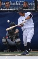 打撃練習をする中田=米カリフォルニア州ロサンゼルスのドジャースタジアムで2017年3月20日、久保玲撮影