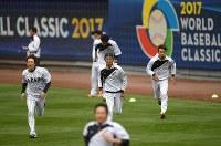 ダッシュする日本の選手たち=米カリフォルニア州ロサンゼルスのドジャースタジアムで2017年3月20日、久保玲撮影