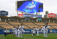 ウオーミングアップする日本の選手たち=米カリフォルニア州ロサンゼルスのドジャースタジアムで2017年3月20日、久保玲撮影