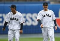練習中、笑顔を見せる中田(左)と筒香=米カリフォルニア州ロサンゼルスのドジャースタジアムで2017年3月20日、久保玲撮影