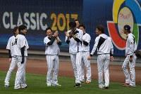 練習中、笑顔を見せる投手陣。中央は藤浪、左端は菅野=米カリフォルニア州ロサンゼルスのドジャースタジアムで2017年3月20日、久保玲撮影